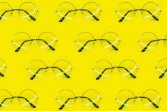 Rond zonnebrilpatroon op gele achtergrond Minimaal de zomerpatroon Vlak leg royalty-vrije stock afbeeldingen