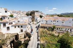RONDA, ΙΣΠΑΝΙΑ - ΤΟ ΜΆΙΟ ΤΟΥ 2017: Άποψη πέρα από την παλαιές πόλη της Ronda και τη γέφυρα Viejo Στοκ Εικόνες