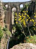 RONDA, ANDALUCIA/SPAIN - 8 ΜΑΐΟΥ: Άποψη της νέας γέφυρας στη Ronda στοκ εικόνα