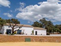 RONDA, ANDALUCIA/SPAIN - 8 DE MAYO: Granja completa con nea de la plaza de toros fotos de archivo libres de regalías