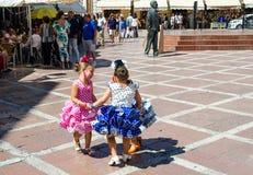 RONDA, ANDALUSIA/SPAIN - 10 SETTEMBRE: Tre bambine nello Spagnolo tradizionale vestono il dancing nel quadrato La festa locale di Immagine Stock Libera da Diritti