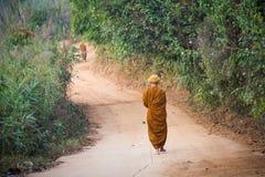 Ronda de las limosnas del monje budista en Tailandia fotos de archivo libres de regalías