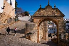 Ronda Malaga landskap, Andalusia, Spanien - mars 25, 2008: båge av Felipe V med den gamla arabiska bron Arkivfoto