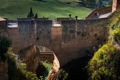 Ronda Malaga landskap, Andalusia, Spanien - mars 25, 2008: båge av Felipe V med den gamla arabiska bron Royaltyfri Foto