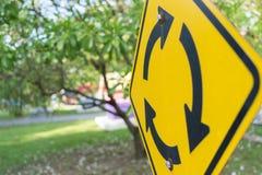 Ronda rozdroże, Kółkowy złącze drogowego ruchu drogowego znak dla tu zdjęcie stock