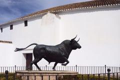 Ronda, Spagna, febbraio 2019 Monumento al toro all'entrata principale all'arena circolare della plaza de Toros, Ronda fotografia stock libera da diritti
