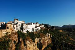 Ronda Spain som ser klippan med vita byggnader Arkivfoto
