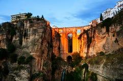 ronda spain Upplyst ny bro över den Guadalevin floden Royaltyfri Bild