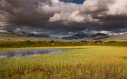 Rondane nationaal park met bergen en moeras stock foto