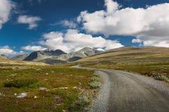Rondane nationaal park met weg en bergen stock afbeeldingen