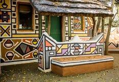 Rondavel africano - casa nello stile tribale etnico della pittura fotografia stock libera da diritti