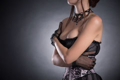 Rondborstige vrouw in elegant roze en zwart korset Stock Foto's