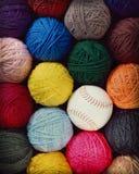 Ronde ballen van garen met een softball Stock Foto's
