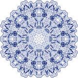 Ronde blauwe kantdoily mandala met wervelingen, bloemen en gebladerte Stilerende oosterse motieven Royalty-vrije Stock Foto