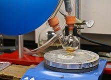 Ronde bodemfles met het distilleren van oplossing Royalty-vrije Stock Fotografie