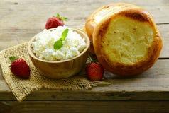 Ronde broodjes met gestremde melkroom Royalty-vrije Stock Afbeeldingen