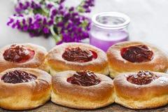 Ronde broodjes met pruim op houten lijst Stock Afbeelding