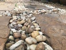 Ronde bruine rotsen abstracte onscherpe achtergrond Stock Foto's