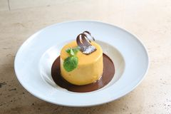 Ronde cake met gematigde chocolade op witte plaat Royalty-vrije Stock Afbeelding