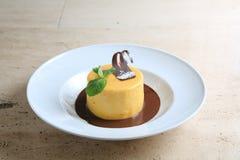 Ronde cake met gematigde chocolade op witte plaat Stock Afbeelding