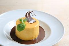 Ronde cake met gematigde chocolade op witte plaat Royalty-vrije Stock Foto