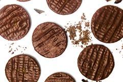 Ronde chocoladekoekjes op witte achtergrond stock afbeelding