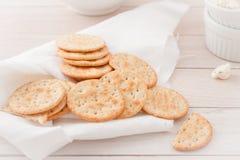Ronde crackers op wit linnenservet Stock Afbeelding