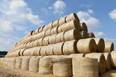 Ronde die balen van stro in een piramidevorm worden rechtgemaakt Royalty-vrije Stock Afbeeldingen