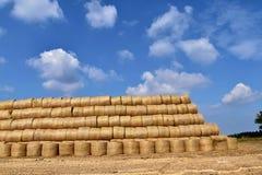 Ronde die balen van stro in een piramidevorm worden rechtgemaakt Stock Afbeeldingen