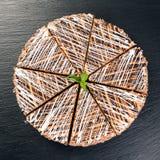 Ronde die cake met wit en chocoladegruis wordt bestrooid Stock Foto's