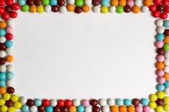 Ronde die chocoladebonbons met gekleurde glans op witte achtergrond worden behandeld Hoogste mening De ruimte van het exemplaar Stock Foto's
