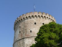 Ronde die toren in Thessaloniki, wordt gezien van onderaan Stock Fotografie