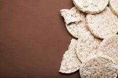 Ronde dieetcakes, op rustieke achtergrond, exemplaarruimte royalty-vrije stock afbeelding