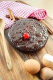 Ronde eigengemaakte chocoladecake op houten achtergrond. stock fotografie