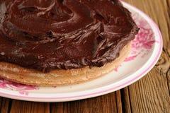 Ronde eigengemaakte die chocoladecake met dikke ganache in whit wordt behandeld Stock Foto