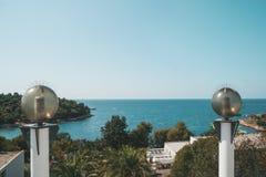 Ronde glaslantaarns op de achtergrond van de van de overzeese verlichting kustoever met energy-saving lampen royalty-vrije stock fotografie
