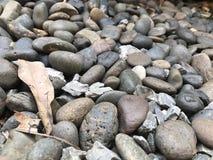 Ronde grijze rotsen abstracte onscherpe achtergrond royalty-vrije stock foto's