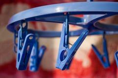 Ronde hangende droger voor kleren met wasknijpers van blauwe kleur Stock Fotografie