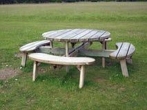 Ronde houten picknicklijst Stock Afbeelding