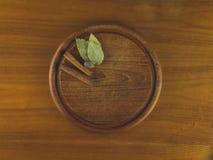 Ronde houten scherpe raad met notemuskaat, kaneel, en baaibladeren royalty-vrije stock afbeelding
