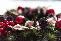 Ronde Kerstmiskroon met rode snuisterijen en bessen Royalty-vrije Stock Foto
