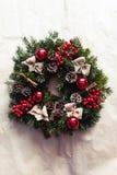 Ronde Kerstmiskroon met rode snuisterijen en bessen Royalty-vrije Stock Afbeeldingen