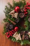 Ronde Kerstmiskroon met rode snuisterijen en bessen Royalty-vrije Stock Foto's
