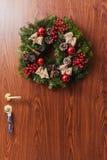 Ronde Kerstmiskroon met rode snuisterijen en bessen Stock Fotografie
