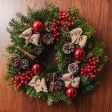 Ronde Kerstmiskroon met rode snuisterijen en bessen Royalty-vrije Stock Fotografie
