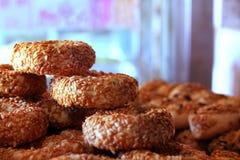 Ronde kleine die ongezuurde broodjes met sesamzaden worden behandeld, simit Royalty-vrije Stock Foto