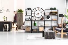 Zwarte klok in woonkamer stock afbeelding. Afbeelding bestaande uit ...