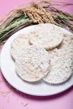 Ronde knapperige rijstcrackers, dieetconcept en gezond vegetarisch voedsel royalty-vrije stock foto