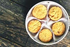 Ronde koekjes in een ronde doos op een houten achtergrond Royalty-vrije Stock Fotografie