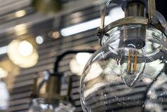 Ronde lamp met transparant glas in de stijl van een zolder stock foto